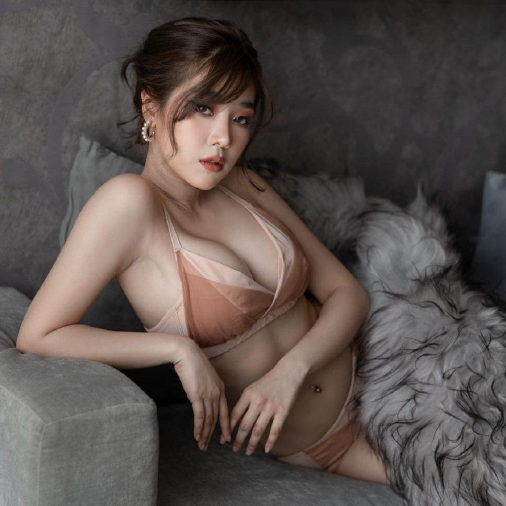 Profil Picture Manow Bunnada Nude lingerie fur sofa